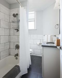 A bathroom at Spacious CWE 3BR near BJC by Zencity
