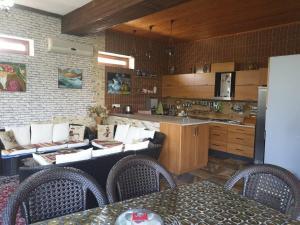 Um restaurante ou outro lugar para comer em NEM McDonald,s 2 bedroom Apartment