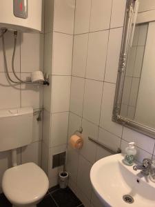 A bathroom at Kingslanding Old Town Hostel