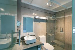 A bathroom at Reef Beach Resort