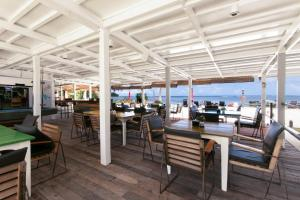 A restaurant or other place to eat at Reef Beach Resort