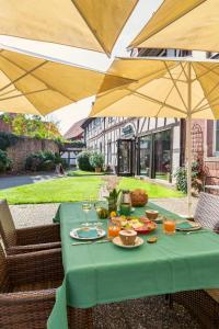 Ein Restaurant oder anderes Speiselokal in der Unterkunft Hotel Vorderburg