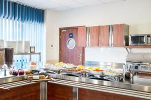 A kitchen or kitchenette at ibis budget Szczecin