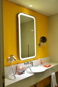 A bathroom at HARRIS Hotel & Conventions Bekasi
