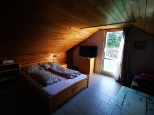 Een bed of bedden in een kamer bij Apartments Zbraslav