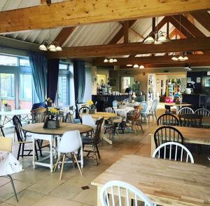 A restaurant or other place to eat at Stonehenge Hostel - YHA Affliated