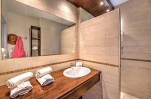 A bathroom at Village Club Les Mas de L'Esterel