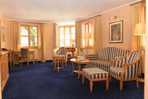 A seating area at Altstadthotel Bräuwirt