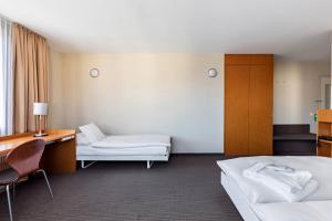 سرير أو أسرّة في غرفة في فندق كورنافن جنيف