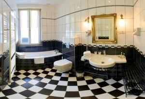 A bathroom at Hotel Restaurant Du Parc