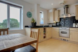 A kitchen or kitchenette at Beautiful penthouse - roof garden, views, parking