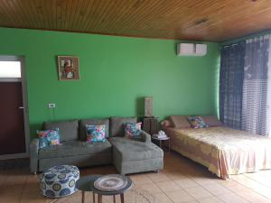 Uma área de estar em Sanny Lodge Tahiti
