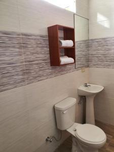 A bathroom at Hostal España