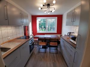 A kitchen or kitchenette at Gästehaus Tiedemann