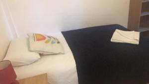 A bed or beds in a room at GoldenTriangleCityRooms