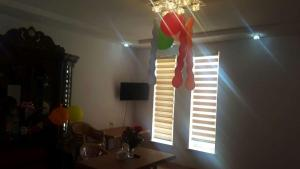 Uma TV ou centro de entretenimento em Ismayilli Holiday House