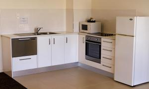 A kitchen or kitchenette at BEST WESTERN Geelong Motor Inn & Serviced Apartments