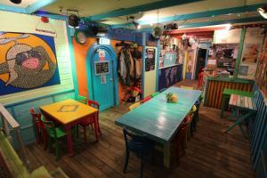 Ein Restaurant oder anderes Speiselokal in der Unterkunft The Flying Pig Beach Hostel