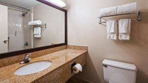 A bathroom at Best Western Executive Hotel New Haven-West Haven