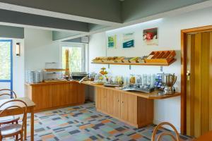 A kitchen or kitchenette at City-Pension Dessau-Roßlau