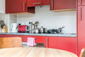 A kitchen or kitchenette at Richmond Place Apartments