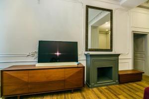 Uma TV ou centro de entretenimento em Formula 1 Street Apartment