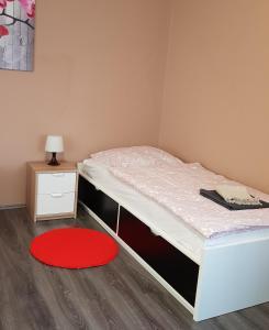 A bed or beds in a room at Große Ferienwohnung an der Rheinpromenade three