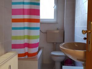 A bathroom at Große Ferienwohnung an der Rheinpromenade three