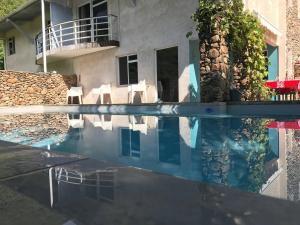 A piscina localizada em LES COCOTIERS Moorea 1 ou nos arredores