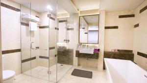 A bathroom at Quest San Denpasar by ASTON