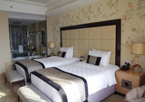 A bed or beds in a room at Wanda Vista Beijing