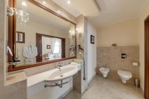 Ванная комната в Louren hotel