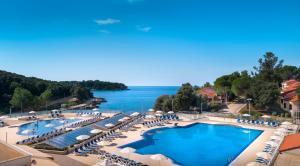 Widok na basen w obiekcie Mobile Homes Porto Sole lub jego pobliżu
