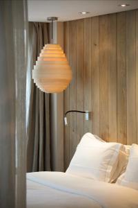 Een bed of bedden in een kamer bij Hidden Hotel