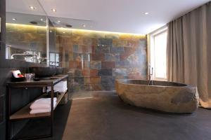 Een badkamer bij Hidden Hotel