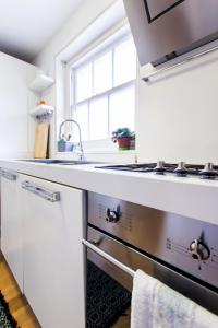 Cuisine ou kitchenette dans l'établissement Kensington Gardens · Unique and Light Apartment, Bayswater