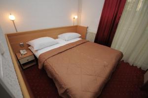 Кровать или кровати в номере Golden Card Motel