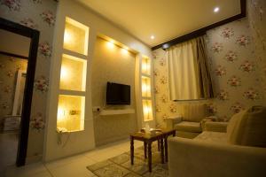 Uma TV ou centro de entretenimento em Shams Alshate