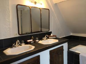 A bathroom at Hôtel Saint-Laurent, The Originals Relais