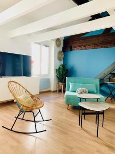 A seating area at Le Loft Massalia