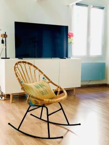 A television and/or entertainment centre at Le Loft Massalia