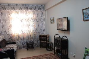 Телевизор и/или развлекательный центр в Квартира рядом с Горки Город и казино
