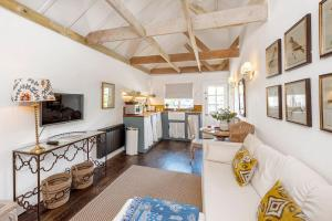 A seating area at Charming cottage with parking outside Bath