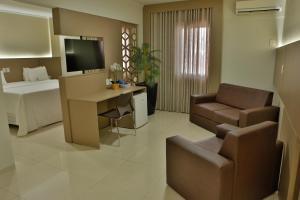 Uma TV ou centro de entretenimento em Agulhon Hotel