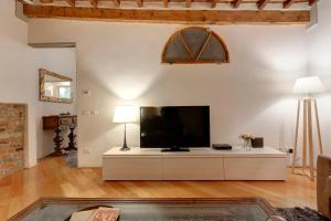 A television and/or entertainment center at Apartment Il Magnifico - Florence