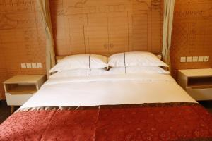A bed or beds in a room at Ming Courtyard