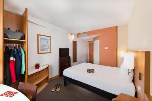 A bed or beds in a room at Ibis Praha Mala Strana