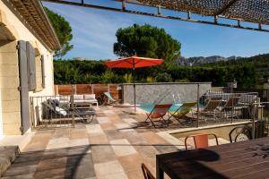 The swimming pool at or close to Le Panorama des Alpilles