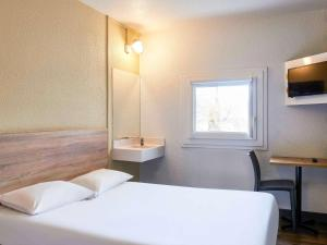 """A bed or beds in a room at hotelF1 Bordeaux Ville """"rénové"""""""