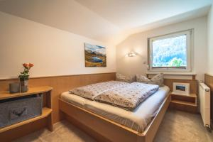 A bed or beds in a room at Alpenherz Apartments